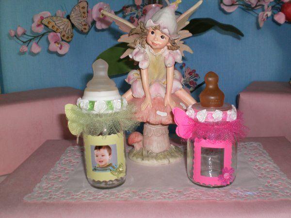Des petits biberons de maternité décorés pour un baptême .