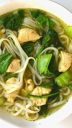 Soupe aux nouilles asiatiques bok choy et poulet