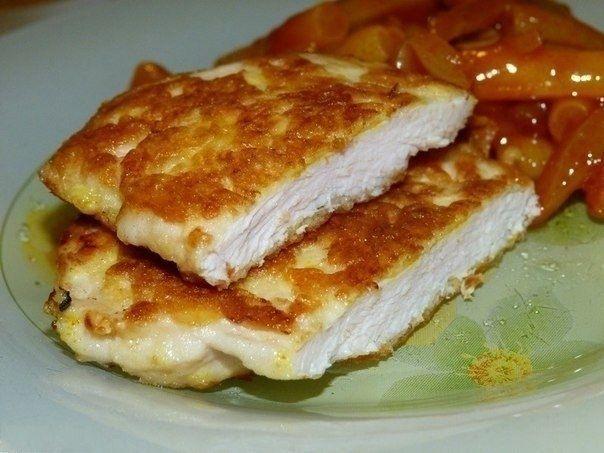 Фото к рецепту: Очень нежные куриные отбивные с хрустящей сырной корочкой