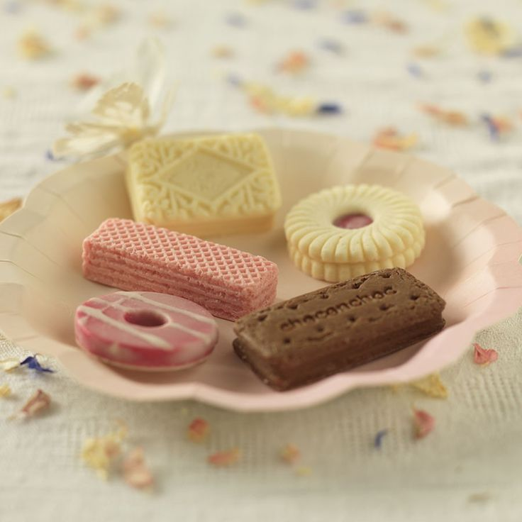 Biscuit+Wedding+Favours+-+Quirky,+cute,+and+extraordinarily+tasty,+our+famous+solid+chocolate+biscuits+make+wonderful+wedding+favours+for+those+looking+for+something+completely+different. This+mixed+set+contains+a+selection+of+bourbons,+iced+rings,+pink+wafers,+jam+rings+and+custard+creams.+Made+from+a+blend+of+white+and+milk+chocolate,+these+teatime+classics+are+individually+wrapped+and+tied+with+ribbon,+meaning+they+look+so+good+your+guests+won't+want+to+eat+them! Minimum+of+10+uni...