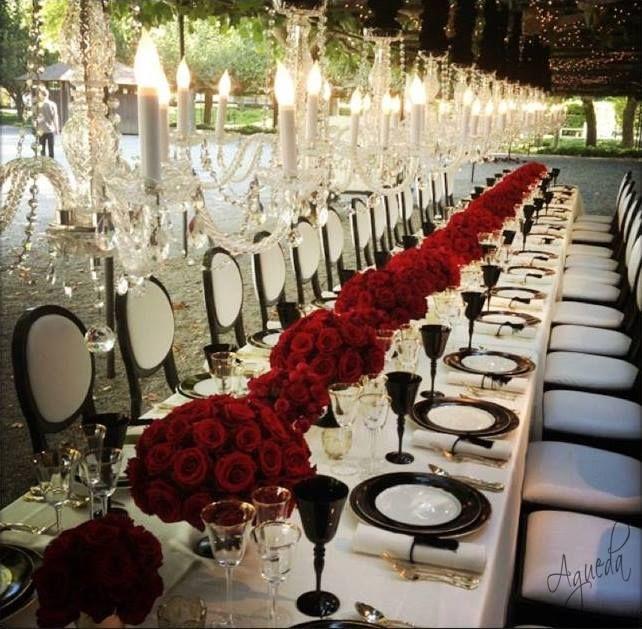 Para la recepción se utilizaron espectaculares centros llenos de rosas ecuatorianas, para alinear una mesa de reyes extremadamente larga. Estos centros vibrantes fueron compensados por los detalles blancos y negros que se encontraban en las sillas y las cartas de menú. La mesa también fue embellecida por una hilera continua de lámparas de techo que le daba un toque de glamour.