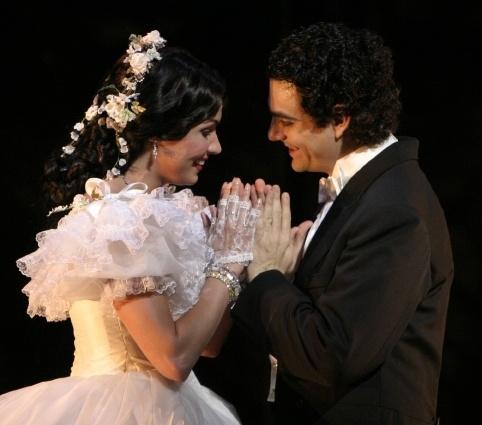 """Anna Netrebko and Rolando Villazón as Violetta and Alfredo in """"La Traviata"""" by Giuseppe Verdi."""