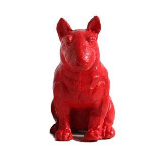Figurka psa Bulterier w odważnym czerwonym kolorze.