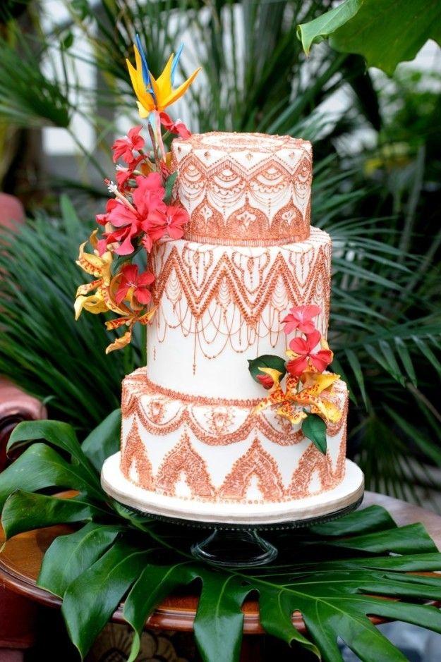 ヘナで描く模様「メヘンディ」のようなアイシングが施されたケーキ。