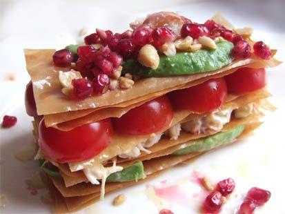 Millefeuille de tourteau, d'avocat et de tomate, vinaigrette à la pomme grenade et aux cacahuètes - Cuisine Campagne