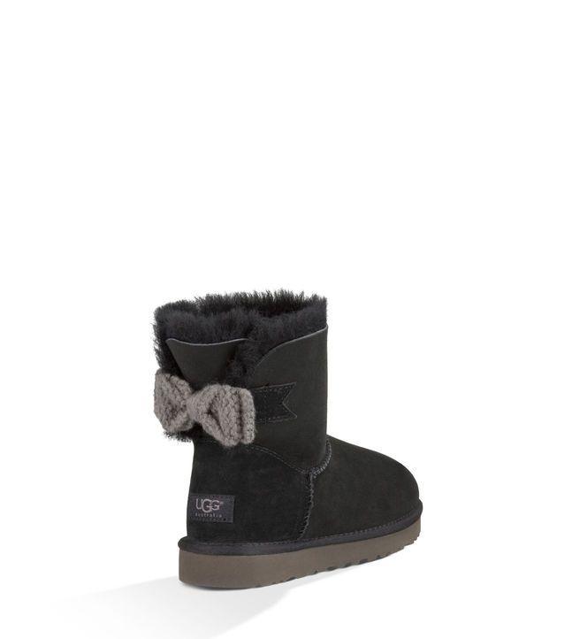 Coucou je viens vous parlez d'une nouvelle chaussure les UGG bien sur ce sont dès chaussure très très cher elle vont autour des 400€ mais bon elle valent la peine première ment elle tiennent chaud et je sais qu'elle ne fond pas ultra féminine mais ces classe quand même elle existe toujours en plein de colorié et vous pouvez en trouver sur leurs site internet ou alors à leur magazin après je sais que le prix et peut être trop haut mais Voila il fallait que je vous présente cette chaussure…