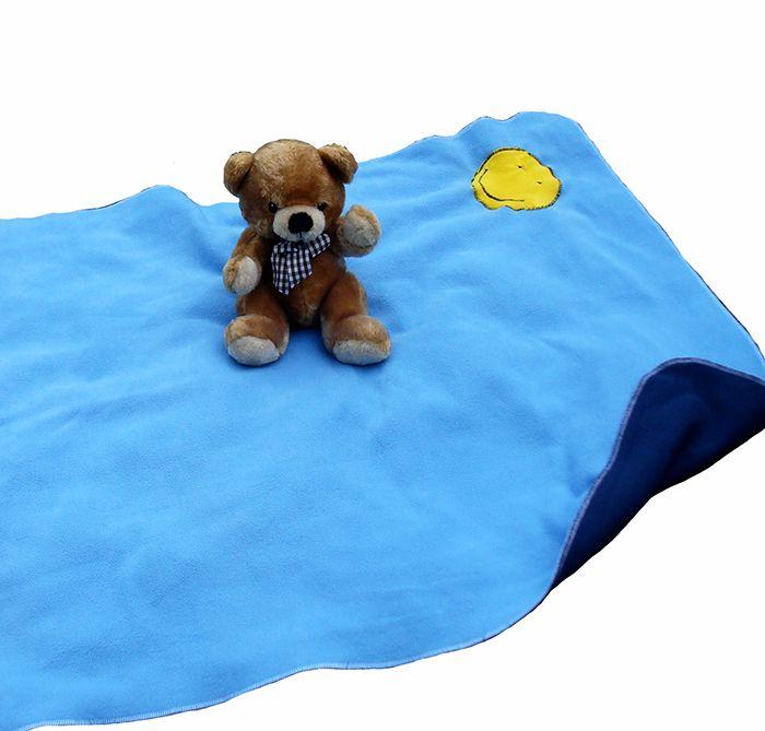 Smiley Blanket - flísová deka Oboustranná flísová deka pro naše nejmenší. Vhodná do kočárku, na hraní, do auta, na přikrytí v postýlce..... Dečka je dostatečně veliká i na celé zabalení miminka jako improvizovaná zavinovačka. Vyrobená z jemňoučkého oboustranného fleece - tmavěmodrá a světlemodrá strana - obě strany ozdobené flísovým smajlíkem. Lemováno ...