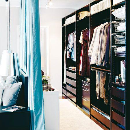 Stunning Begehbarer Schrank im Raum Hinter einem frei im Raum stehenden Bett l sst sich ein begehbarer Kleiderschrank
