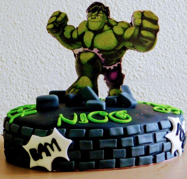 Torta de Hulk, para 25 personas rellena de  M&M.