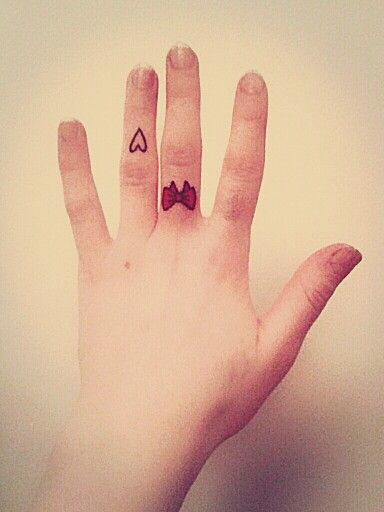 Bow and heart fingertattoos