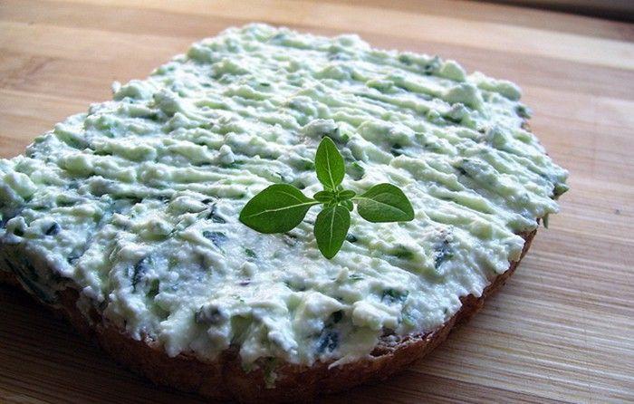 Pokud máte rádi chuť medvědího česneku, připravte si chutnou pomazánku ze smetanového sýra. Dobrou chuť!