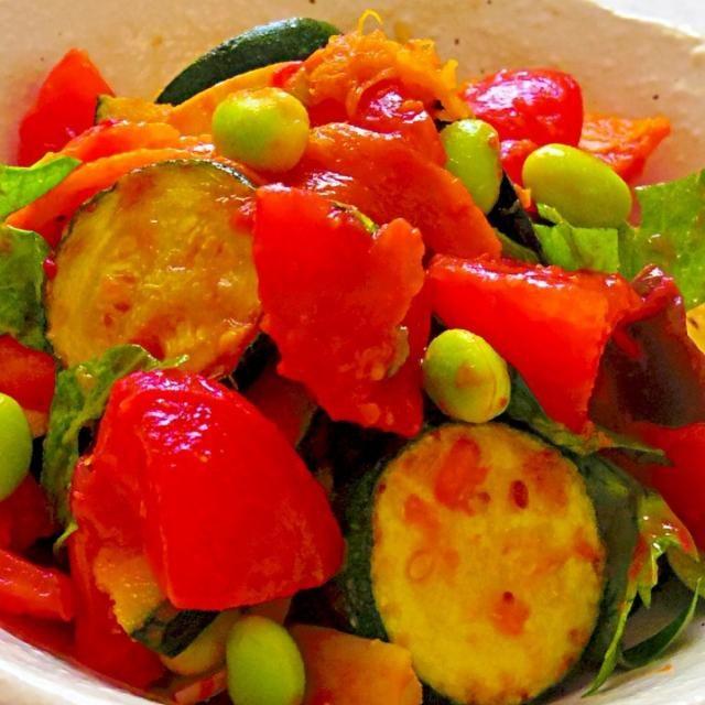 火を通した夏野菜を、トマト&バルサミコベースで和え、キリッと冷やしていただきます。 暑い日は、これだけでもいいくらいだなぁ(⌒-⌒; ) - 104件のもぐもぐ - 煮ないラタトゥイユ by naoperron
