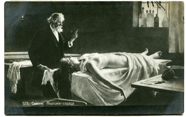 «Анатомия сердца»: задумчивый анатом стоит над нагим женским телом и держит в руке ее сердце. Любуется в пенсне.