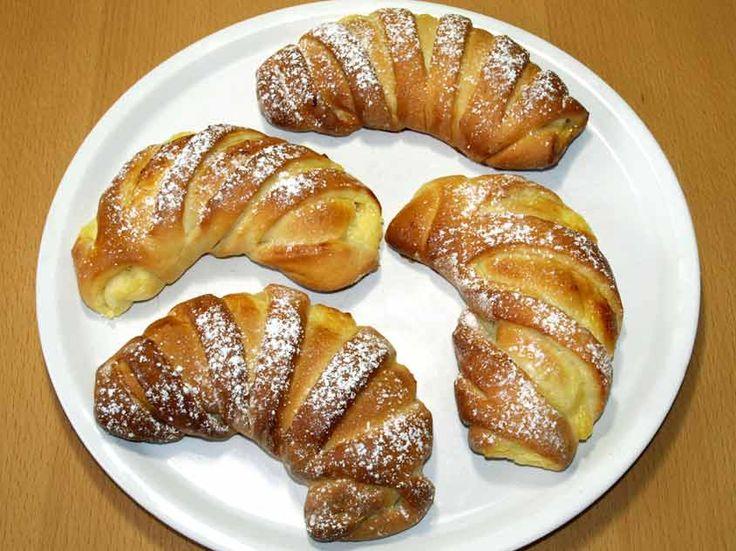 Zutaten für 12 Pudding-Hörnchen:     Für die Vanillepudding-Füllung:   1 Päckchen Vanillepudding   400 ml Milch   1 Ei   3 gehäufte Ess...