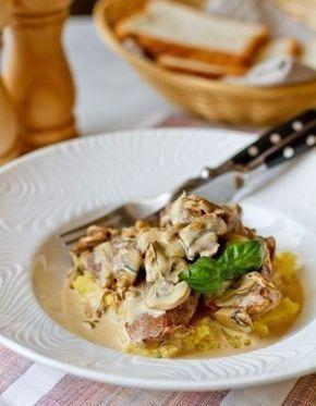 Фото к рецепту: Свиная вырезка в сливочно-грибном соусе.