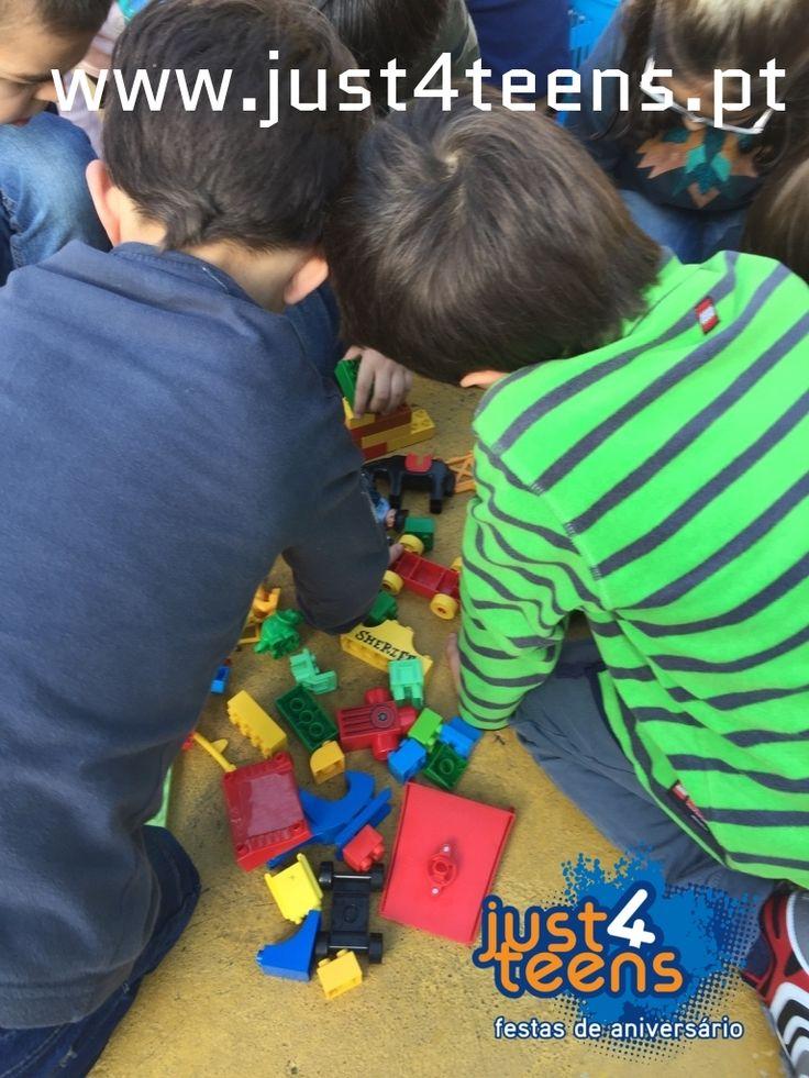 Uma festa de aniversário com a temática Legos é diversão garantida. Com as tuas peças de construção favoritas vamos fazer jogos, gincanas, construções, caça ao tesouro e muito mais. #festas #legos #party #just4teens