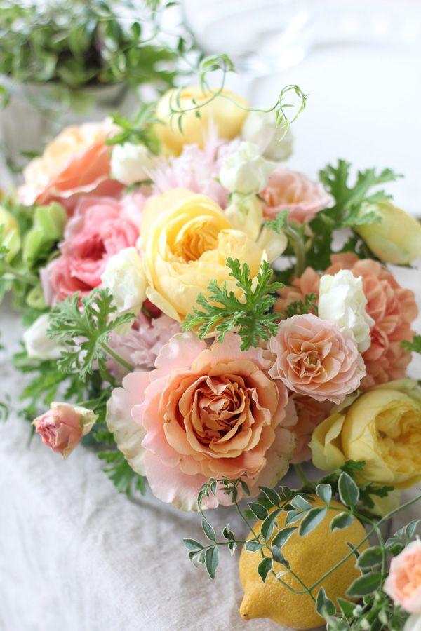 [ 黄色&オレンジのバラとレモンのメインテーブルアレンジ ]黄色やオレンジのビタミンカラーはお二人やゲストの方を楽しく明るい気持ちにさせてくれるはず。 lemon yellow,orange,centerpiece