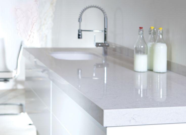 Gi kjøkkenet et reint og moderne uttrykk med hvite benkeplater i kvartskompositt fra Ellingard Collection! Klikk for mer inspirasjon og info.