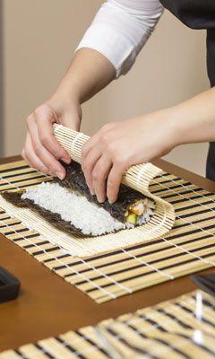 Mit Der Bambusmatte Wird Der Reis Zu Einer Sushirolle Geformt