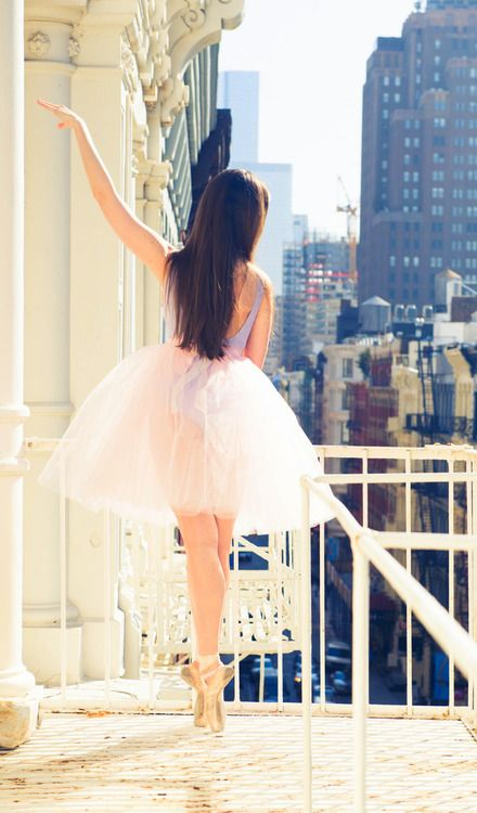 En pointe in the City. Added by @churrafueyo via @bgantuya. #ballet #dance