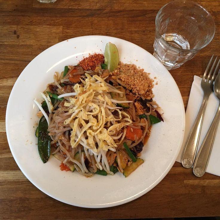 ~ Découverte du jour : la cantine thaï @kapunkaparis ~ L'occasion de partager un très bon déjeuner avec mon amie @celinechefsansgluten en dégustant un délicieux pad Thai #sansgluten #sanslactose #vegetarien dans ce restaurant #100%sansgluten Et surtout d'appendre qu'une nouvelle adresse venait d'ouvrir à Montparnasse  Retrouvez toutes les infos et les adresses de ce restaurant thaï sur @avec_plaisirs : lien dans la bio . ~ Today's discovery, a Thai cantine called @kapunkaparis ~ It was the…