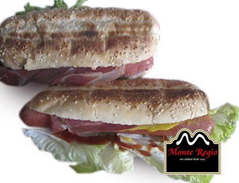 ¿Quién se toma con nosotros un delicioso perrito caliente con jamón serrano #MonteRegio?