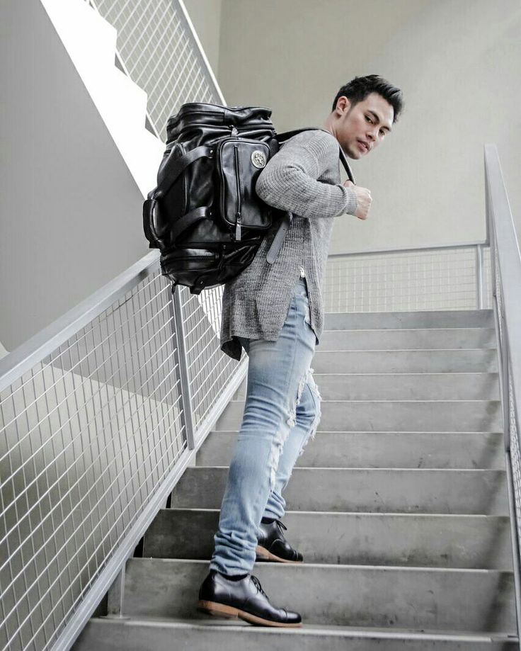 """""""I own too much black"""" — said no one ever  in frame : Silverstag Commander I - 1121 Jet Black, """"The Dark Commander""""  Another line up from our commander series, the 5 in 1 superior duffle, From medium duffle to large weekender, to backpack, hand clutch or even mini sling bag with amazing feature  Follow our Instagram : @silverstag.industry"""