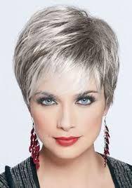 Voici une coupe de cheveux qui reste très féminine malgré que la chevelure soit courte. Le coiffeur a dégradé les cheveux, mais leur a laissé un certain volume sur le dessus de la tête grâce à de belles longueurs. Par contre, les côtés et la nuque sont courts.