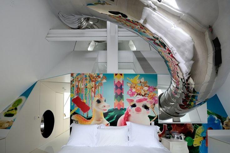 maison avec toboggan en acier inoxydable, cabane de jeux et chambre enfant avec poster mural XXL