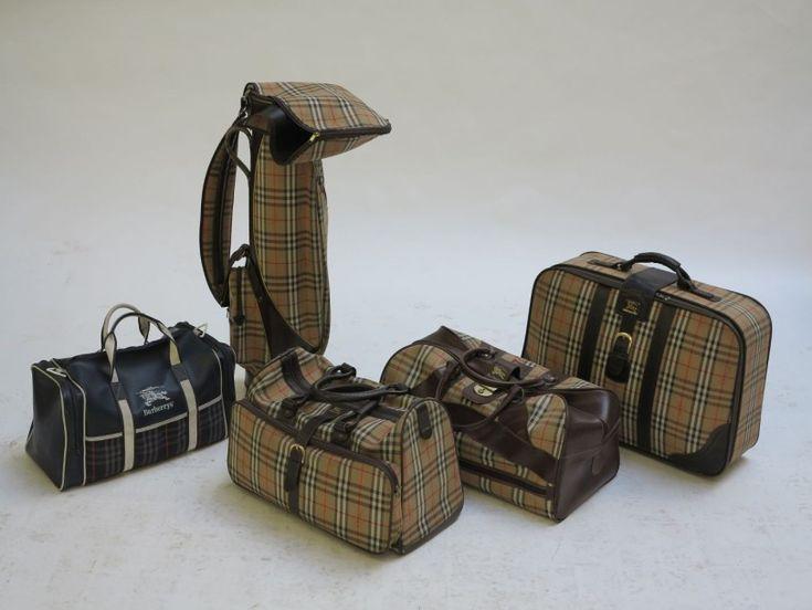 Burberry Lot comprenant un sac de golf, deux sacs de voyage souples, une valise souple en tartan et cuir marron et un sac de sport Sac de golf: H: 89 cm Sacs souples: H: 38; L: 47; P: 27 et H: 29; L: 67;… - Millon & Associés - 10/10/2015