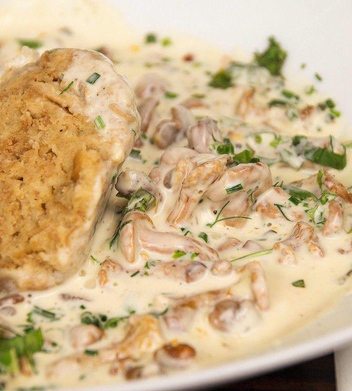 """Rahmpfifferlinge - ein beliebter Klassiker in der Küche. Wenn bei uns die Pfifferling-Saison beginnt, ist dieses Gericht mein absolutes Lieblingsgericht. Sahne hin oder her - für mich ein """"must have"""". Das Rezept ist einfach, und geht in der Zubereitung sehr schnell."""