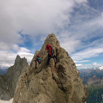 Punta Innominata, un vârf de 3860m care străjuiește Mont Blanc de Courmayeur.    Waiting for data