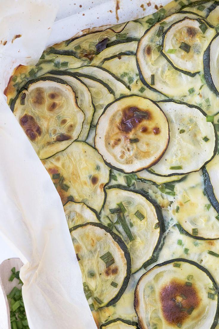 Ovenschotel met courgettes - Vegetarisch - Deze ovenschotel met courgettes is super lekker en een makkelijk recept om te maken en ziet er ook heel lekker uit voor een feestje. Als jij deze ovenschotel maakt voor een feestje kun je er makkelijk 20 stukjes uit halen. Dit gerecht is een lekker alternatief voor een dag zonder vlees of vis. Voor de vegetariër  is deze ovenschotel met courgettes de moeite waard om te proberen. Deze ovenschotel met courgettes breng je op de juiste smaak met zout en…