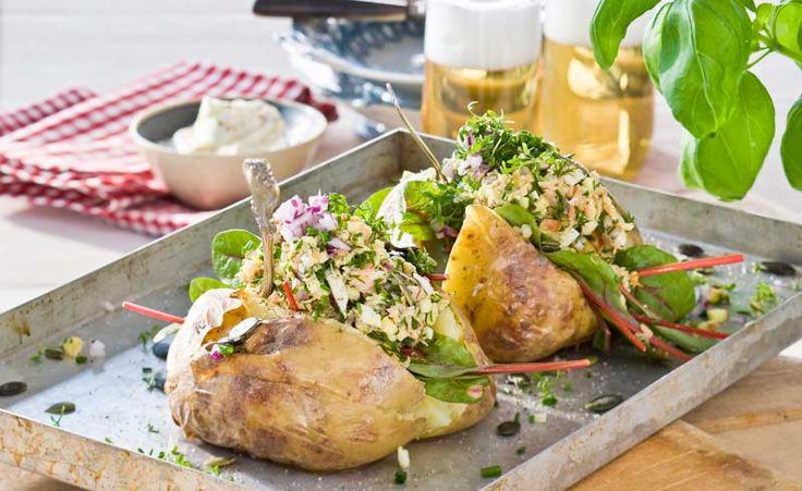 Bakad potatis med en krämig, fräsch laxröra med färska örter och sting av pepparrot.