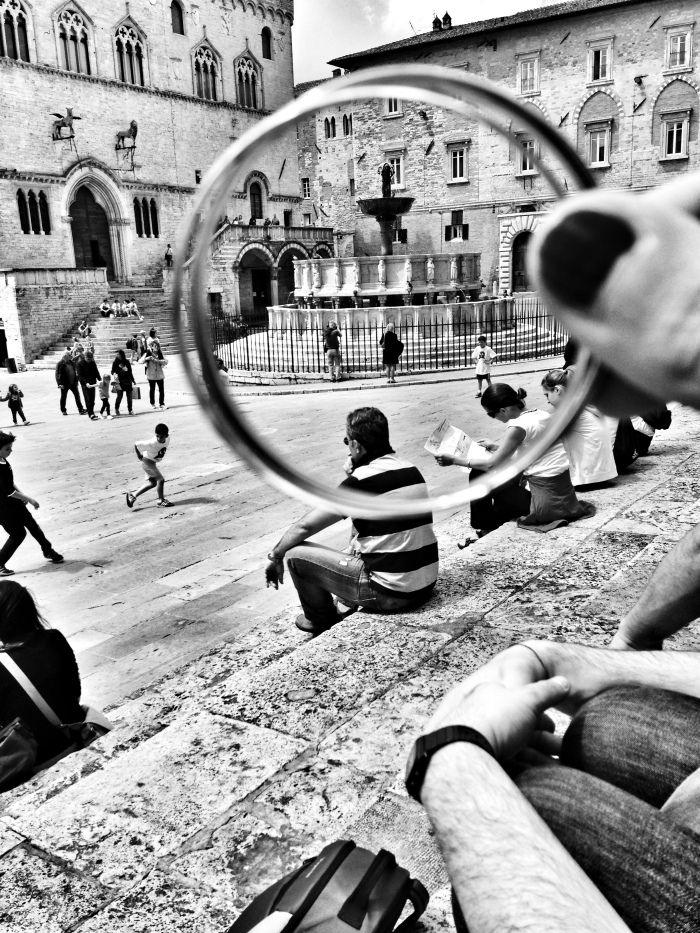 La Fontana Maggiore, uno dei principali monumenti di Perugia, è situata al centro di Piazza IV Novembre. Fu progettata tra il 1275 ed il 1278 da Nicola Pisano per celebrare l'arrivo dell'acqua nell'acropoli della città grazie al nuovo acquedotto, che convogliava nel centro di Perugia le acque provenienti dal monte Pacciano, situato a pochi km dalla città ...