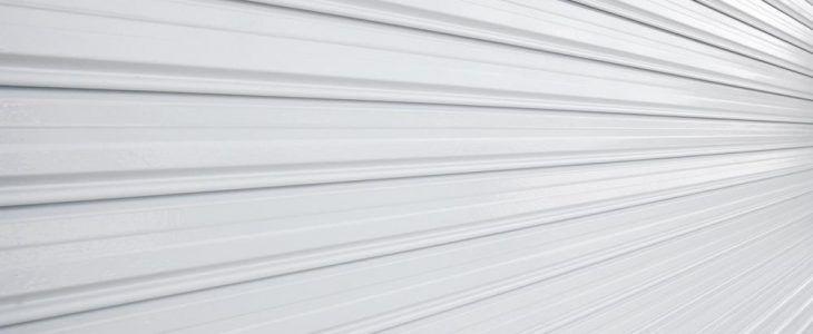 As portas de aço automáticas estão sendo adotadas com uma freqüência muito grande no ramo da construção civil atual em decorrência de diversas situações como a sua beleza estética e proteção que proporcionam aos usuários que não precisam descer do carro correndo risco de serem assaltados