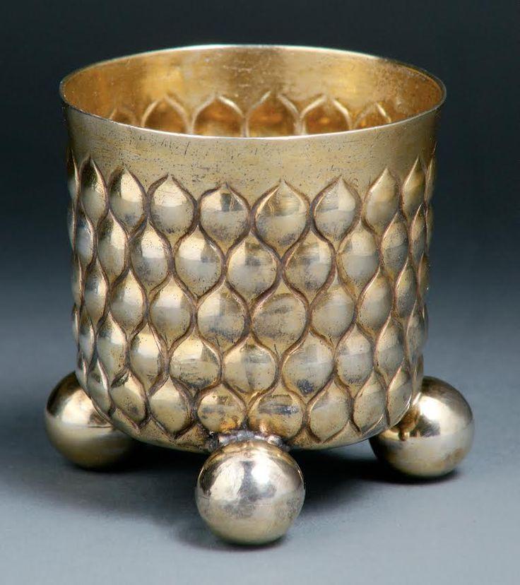 A three ball feet silver-gilt beaker, Paul Vest (Master, 1660-94). H. 7.3 cm. Start price: 2,400 Euro.