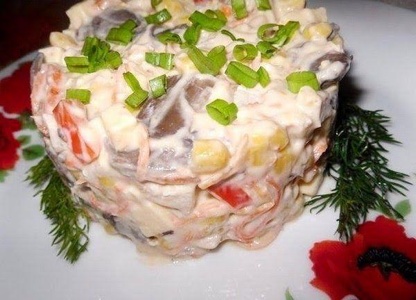 """Салат """"Мозайка"""" из курицы, грибов и овощей"""