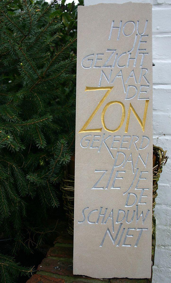 Zandsteen 60 cm x 18 cm 2,5 cm. Opdracht gebruik van goudverf en zilververf. Oefening op inschilderen van letters.