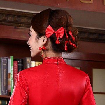ドレスと同じ色のヘアアクセでかわいく♪ チャイナドレスに合うヘアスタイルのアイデア 髪型・アレンジ・カットの参考に。