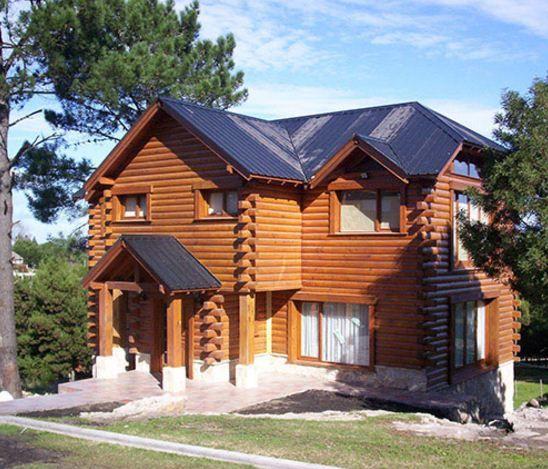 Fachadas de casas de dos pisos con troncos