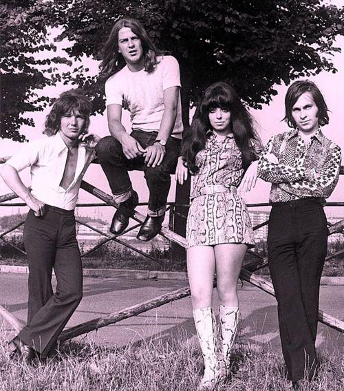 Shocking Blue ( http://www.pinterest.com/jielis/shocking-blue/ ) was een Nederlandse rockband uit Den Haag en 1967 opgericht door Robbie van Leeuwen, die  bij The Motions aan zijn plafond was gekomen. Van Leeuwen rekruteerde de groepsleden uit diverse hoeken van de Haagse beatscene eerst met Fred de Wilde de zanger en toen met Mariska Veres,  Shocking Blue werd de eerste Nederlandse groep die een nummer 1-hit in de Billboard Hot 100 van de Verenigde Staten behaalde met de single Venus.