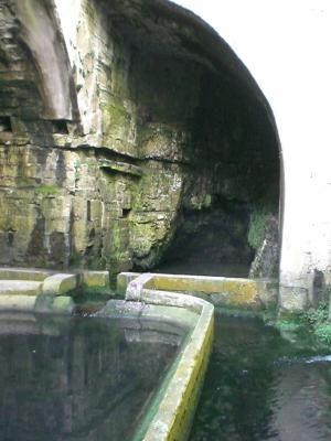 La Fontaine aux Lépreux.Dole. Jura. La Grande fontaine à été baptisée Fontaine des lépreux, car lors du siège de la ville on faisait laver leur linge aux lépreux dans ce lavoir ce qui contaminait l'eau. Cette eau s'écoulait dans les parties basse de la ville et était bue par les soldats, ceux-ci attrapaient la lèpre, ainsi les assiégants étaient affaiblis.