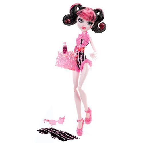 Vampirii sunt gata de o petrecere alaturi de Monster High gama papusi la plaja in costume de baie mortale. Draculaura arata mortal in costumul in culori caracteristice roz cu negru si lilieci bineinteles! Ochelarii ei de soare in forma de liliac si platformele roz sunt accesorii monstruoase si geanta ei de plaja cu model de panza de paianjen se potrivesc perfect cu prosopul si crema de plaja.