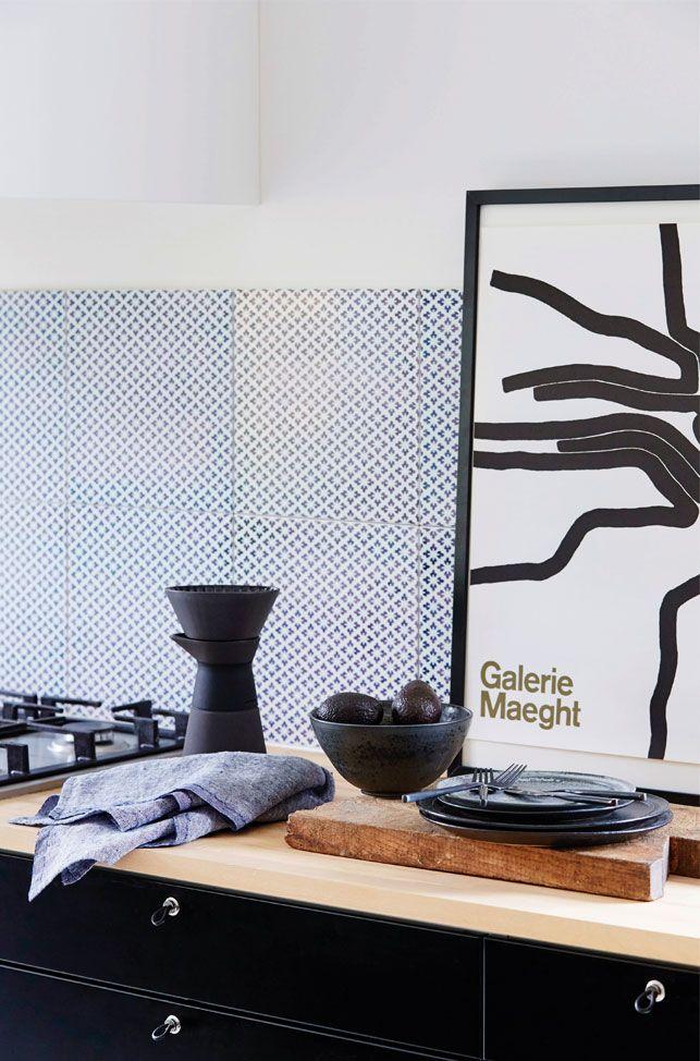 Det sort-hvide køkken er indrettet i en stram stil, men med et strejf af etnisk boheme.