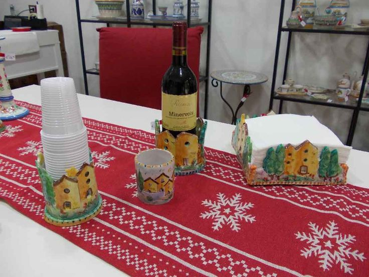 Porta Bottiglia, bicchieri di plastica e tovaglioli in ceramica decorata a mano.