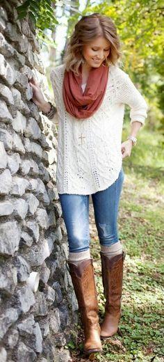 Den Look kaufen: lookastic.de/... — Brauner leichter Schal — Goldener Anhänger — Weißer Strick Oversize Pullover — Goldene Uhr — Blaue Jeans — Hellbeige Hohe Socken — Braune Kniehohe Stiefel aus Leder