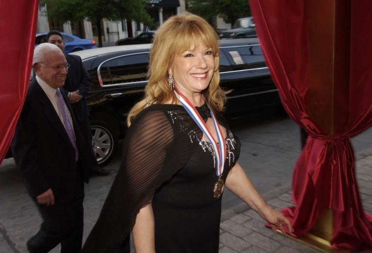 Vikki Carr arrives at the Paramount Theater in Austin for the Texas Medal of Arts Awards in 2005. Carr received the 2005 Honoree for Lifetime Achievement award. Photo: Sung Park /Austin American-Statesman / AUSTIN AMERICAN-STATESMAN