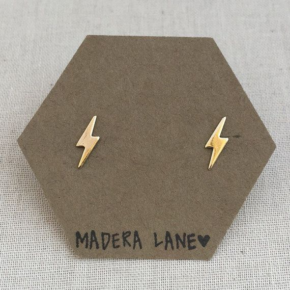 Tiny Lightning Bolt Stud Earrings in Gold. Sterling door MaderaLane