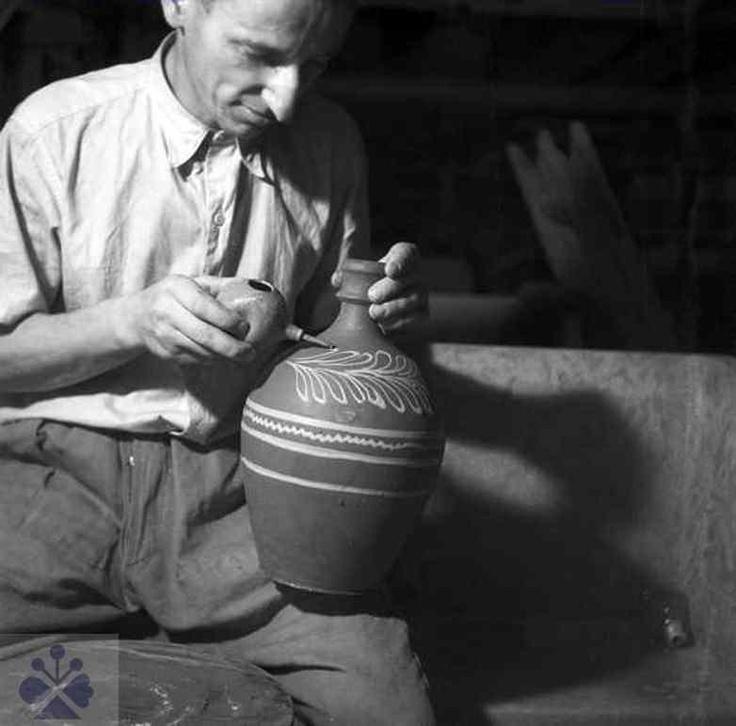 Decorating the pottery dishes.Zdobenie hrnčiarskeho riadu pomocou hlinenej kukučky - gurgule. Pukanec (okr. Levice), 1974. Foto: E. Plicková